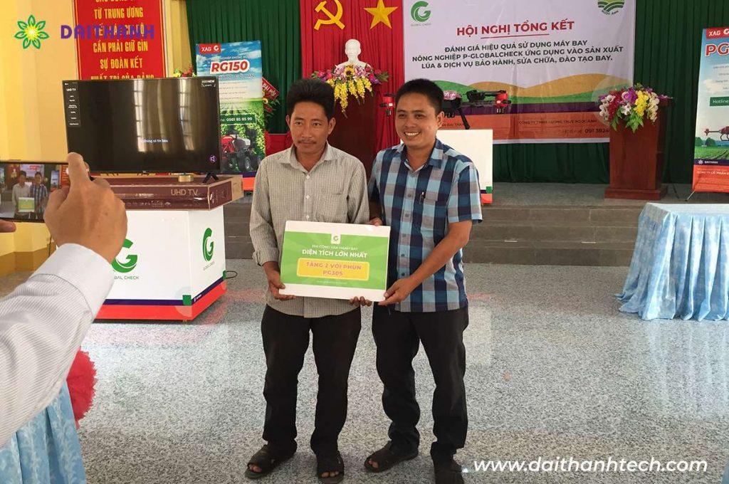 Người trẻ đam mê nông nghiệp sử dụng máy bay P-Globalchech tại An Giang